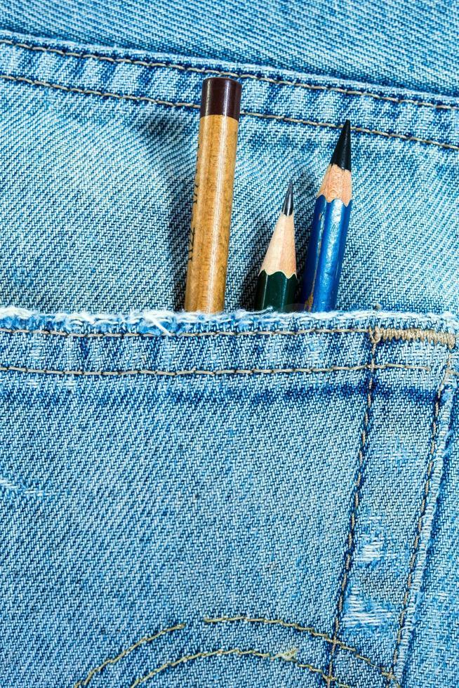 lápis no bolso do jeans azul foto