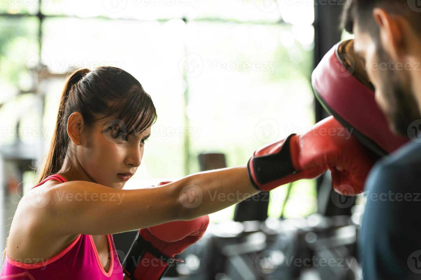 casais jovens se exercitam na academia para fortalecer o corpo. foto