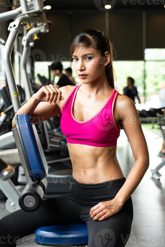 mulheres jovens se exercitam na academia para fortalecer o corpo foto