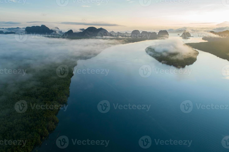 vista aérea do drone do lindo oceano foto