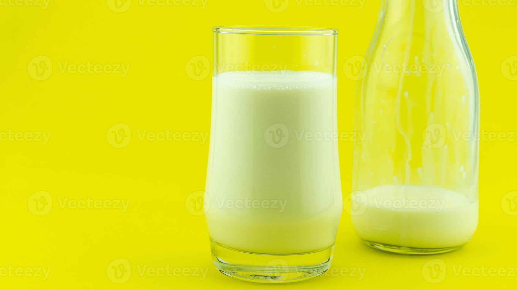 banner de um copo de leite no espaço da cópia do dia do leite de fundo colorido foto