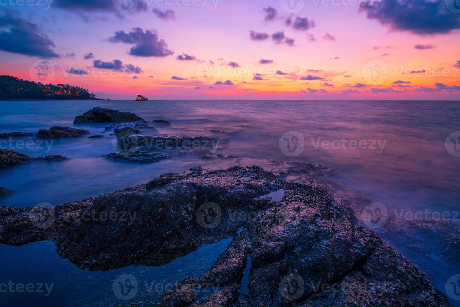 imagem de longa exposição da dramática paisagem marinha do céu foto