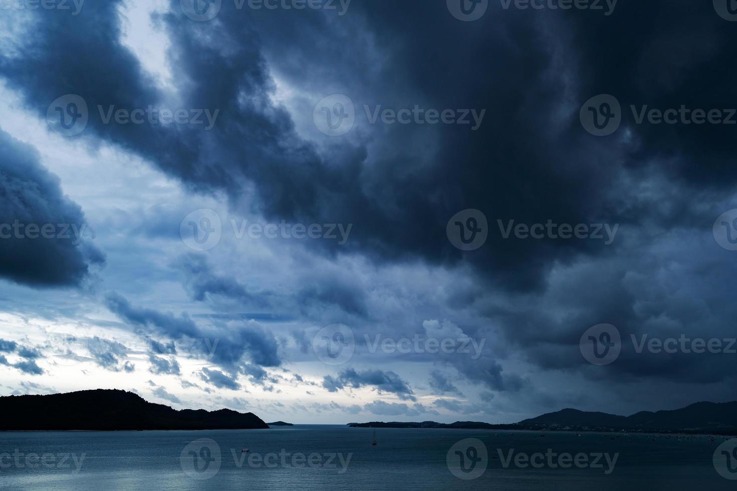 dramático céu escuro e nublado com tempestade foto