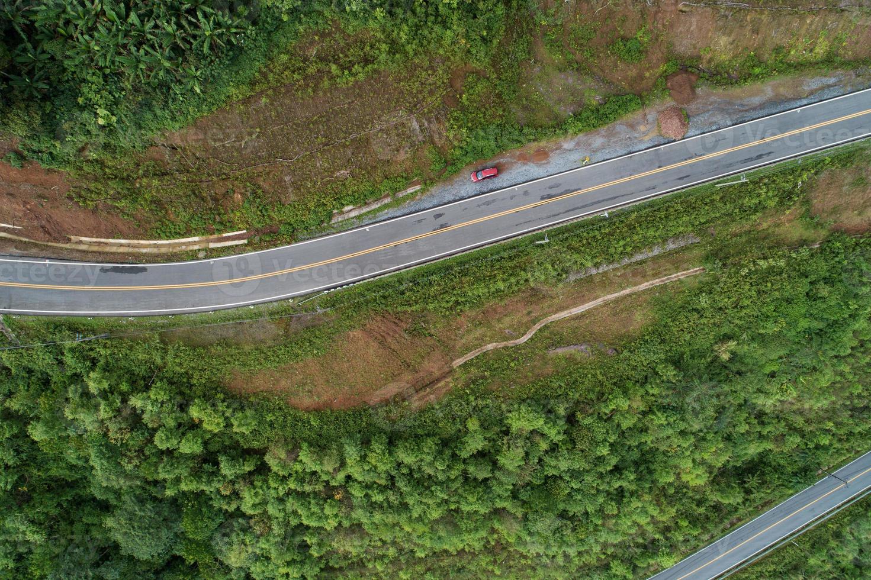viagem em estrada montanhosa com vista aérea da primavera foto