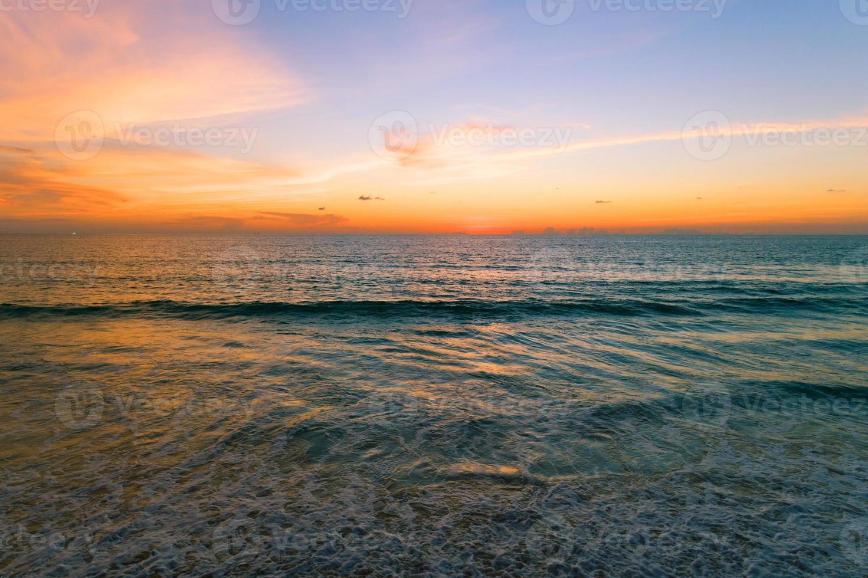 vista aérea bela vista pôr do sol sobre a superfície do mar luz pôr do sol foto