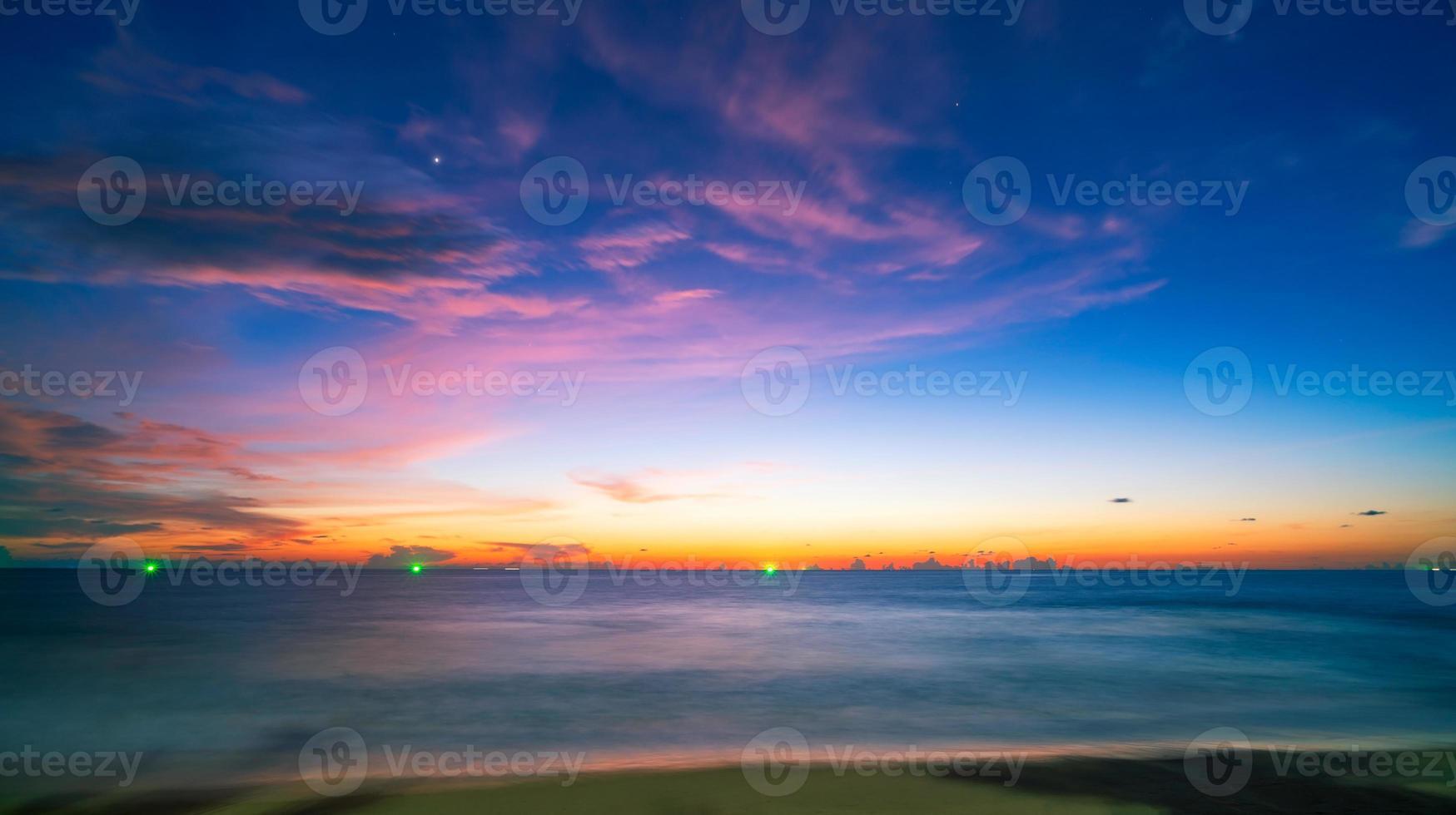 paisagem marinha incrível com nuvens de pôr do sol foto