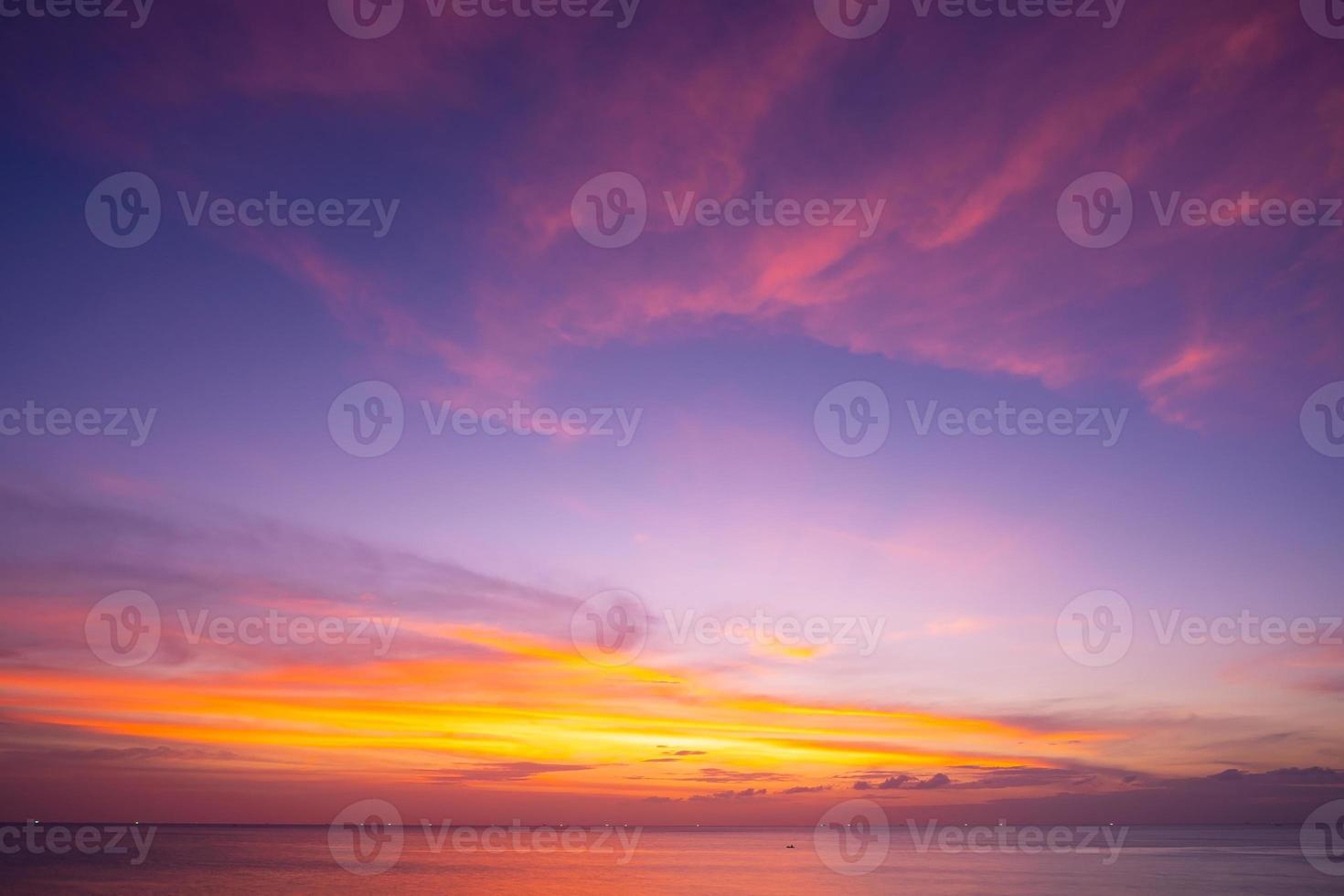 natureza céu pôr do sol ou nascer do sol sobre o mar foto