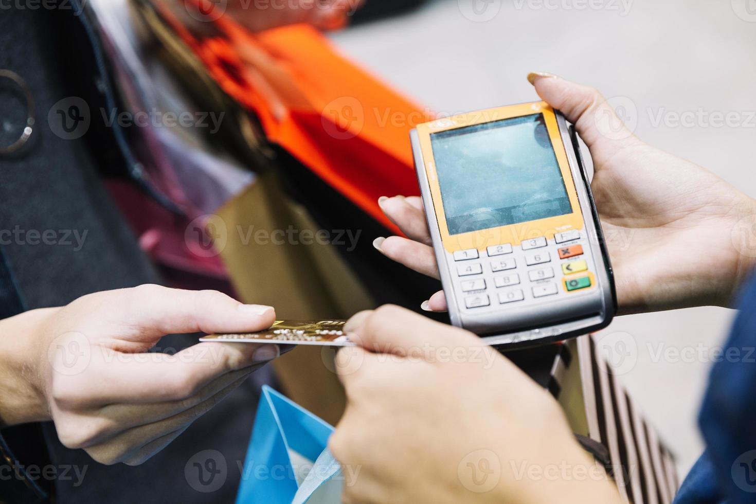 assistente de cliente com máquina de pagamento foto