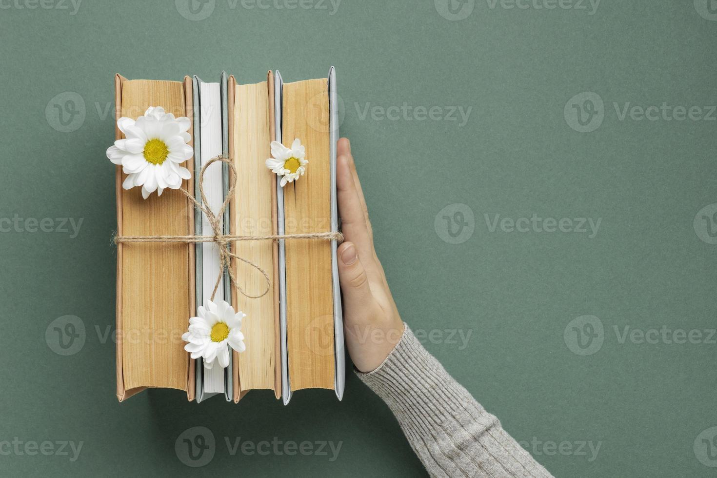 composição criativa com livros e flores foto