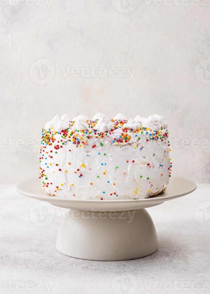 delicioso bolo de aniversário com granulado foto
