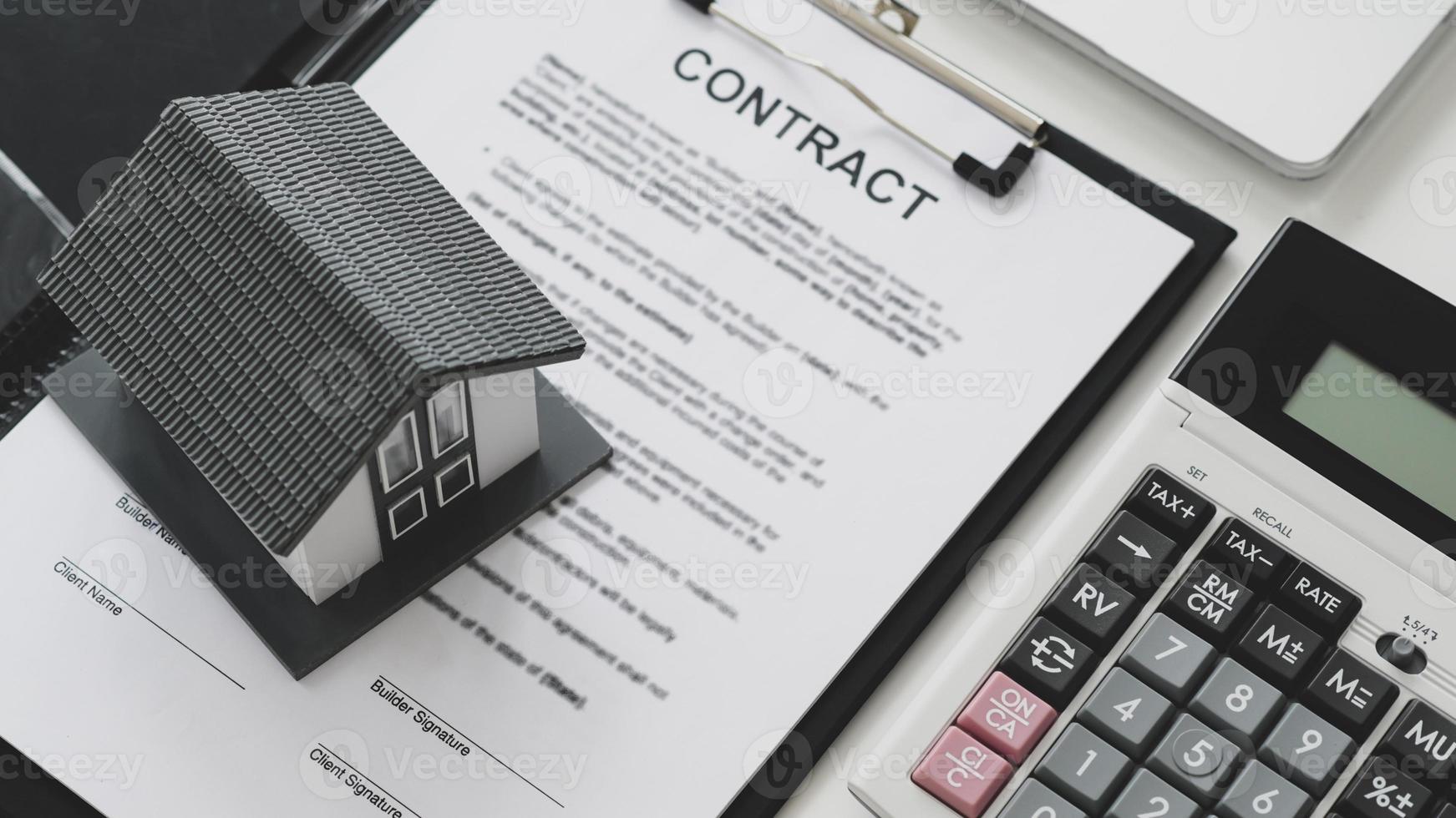 casa modelo colocada nos documentos do contrato. foto