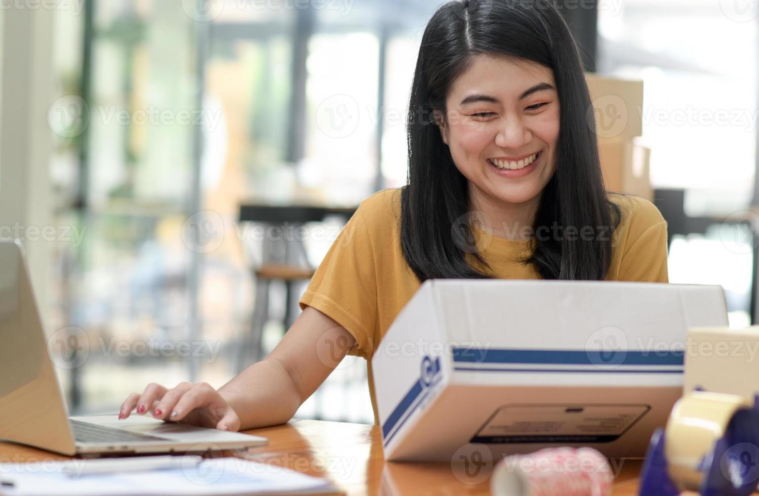 mulher vendendo produtos de videochamada online com clientes sorridentes. foto