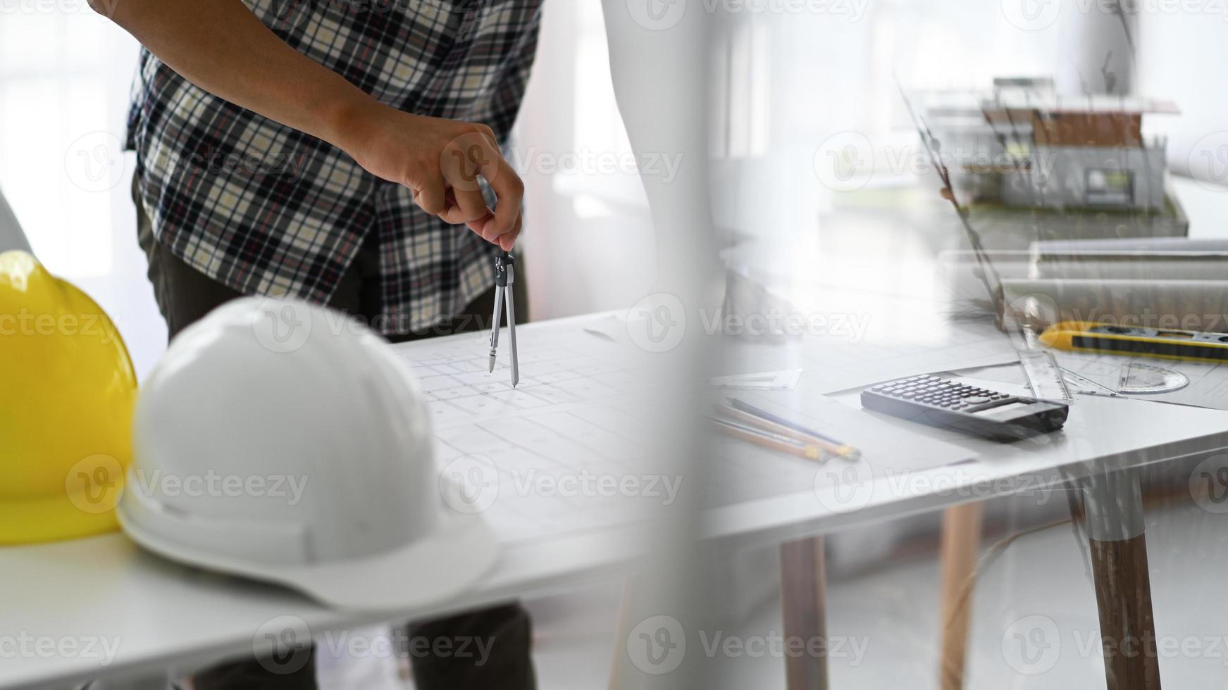os designers usam bússolas para fazer desenhos nas plantas das casas. foto