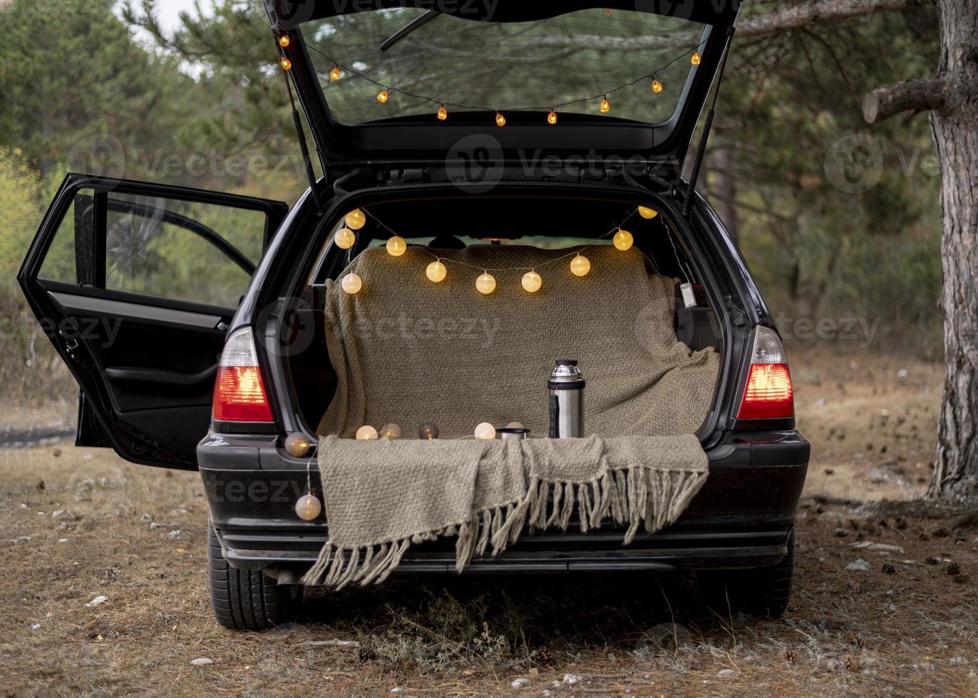 porta-malas de um carro bem aberto foto