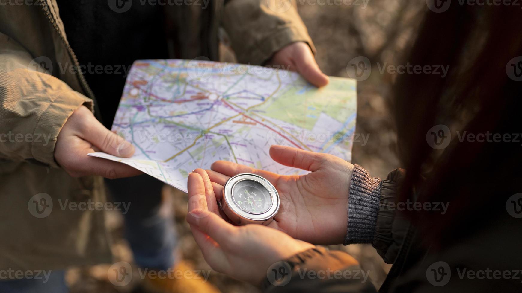 close-up de viajantes com mapa e bússola foto