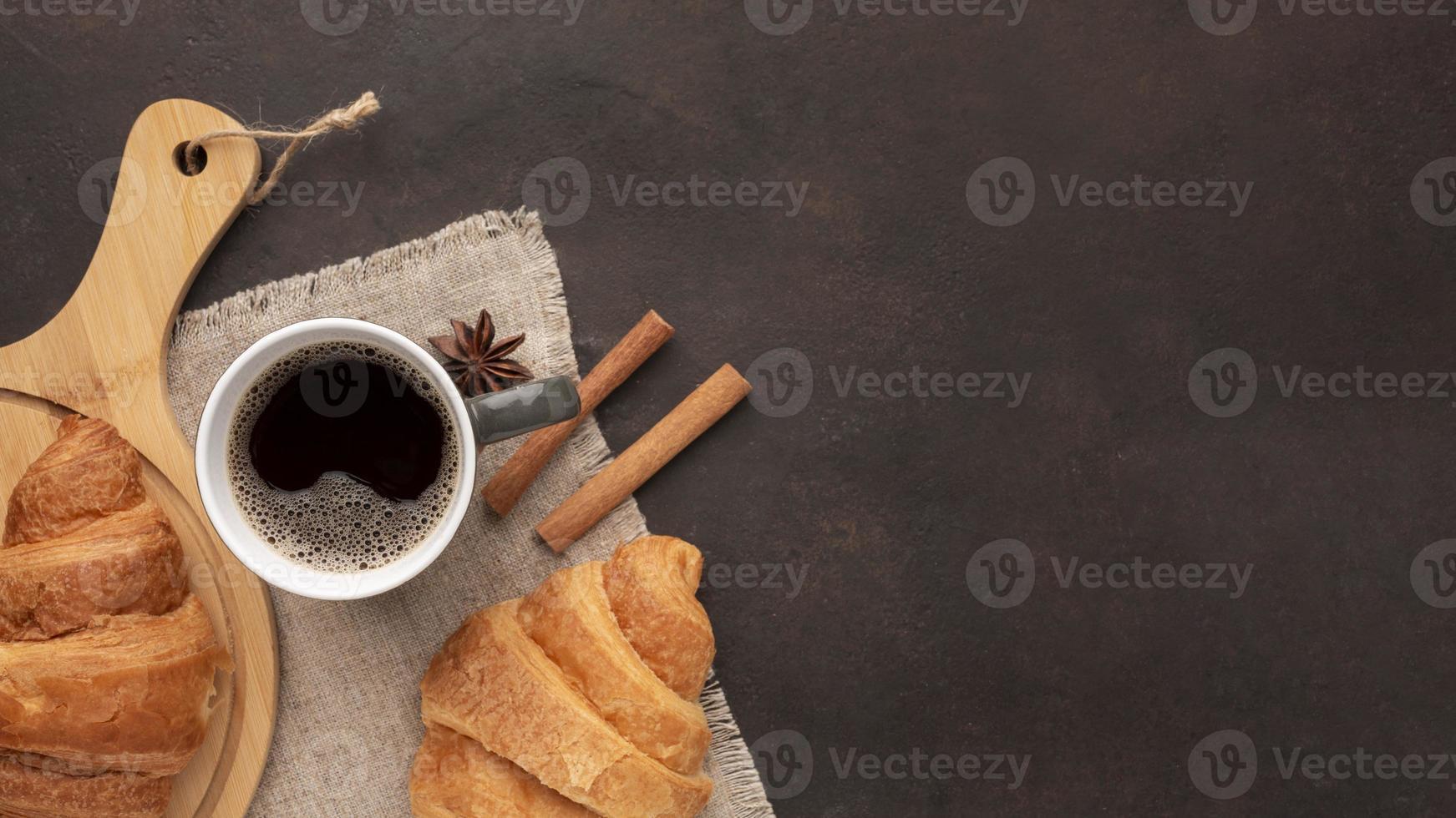 saborosos croissants e café, vista de cima foto