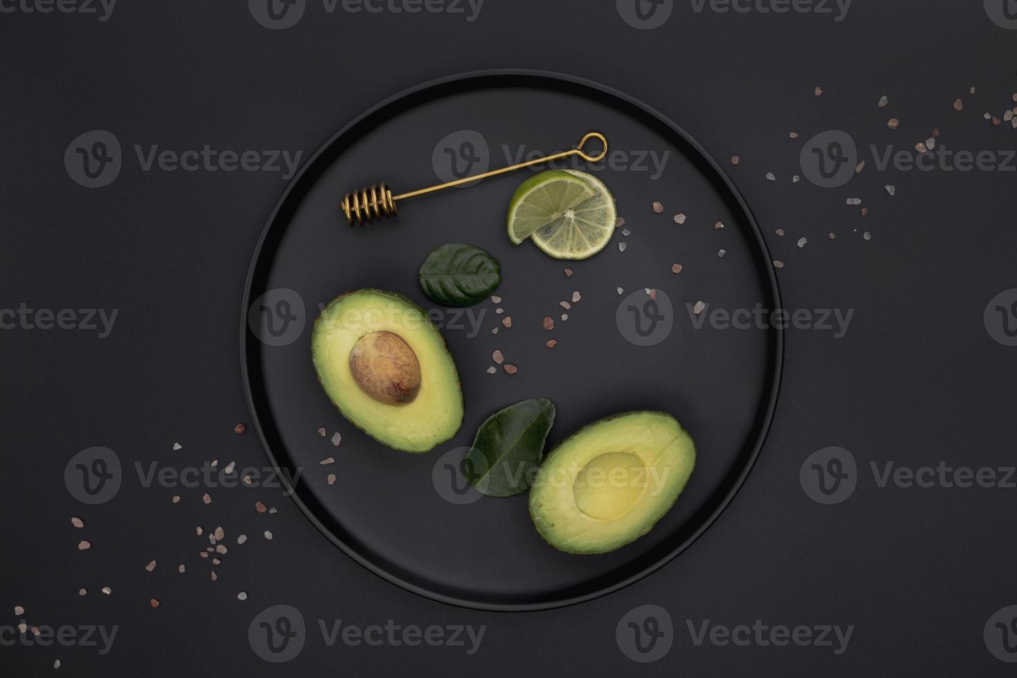 vista superior do prato de limão com abacate foto