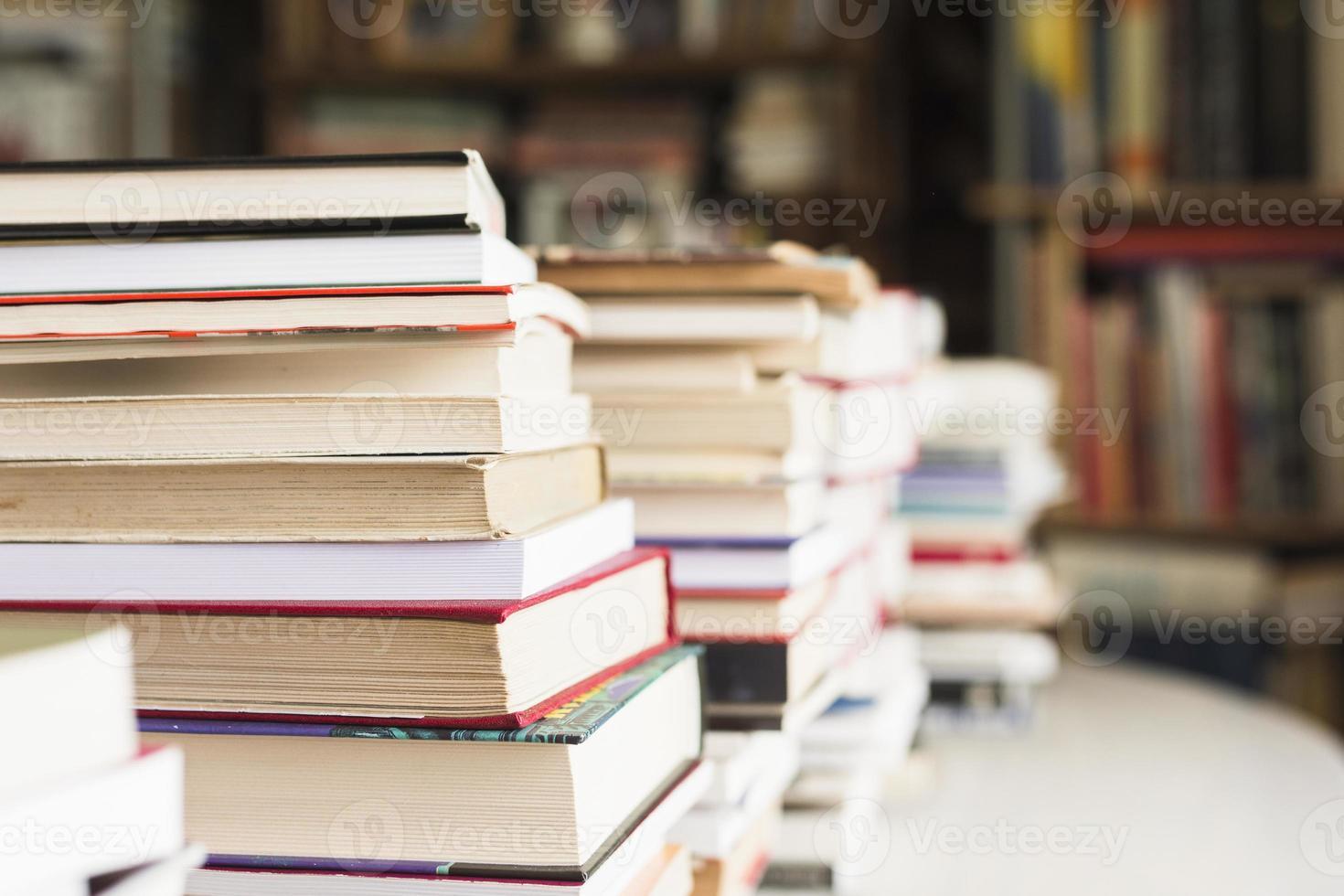 pilha de livros na livraria foto