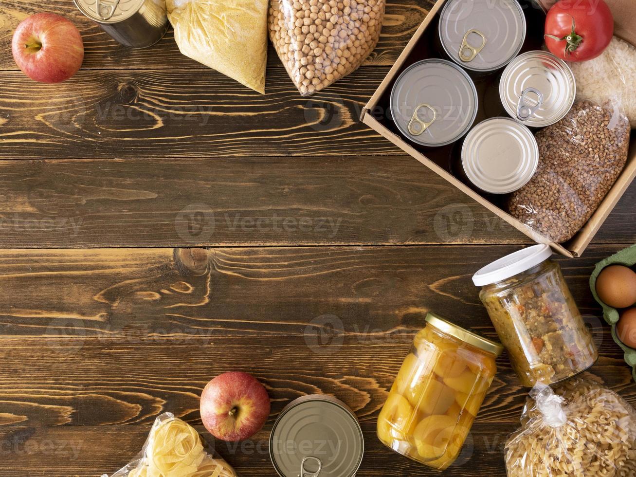 doações de alimentos em fundo de madeira foto