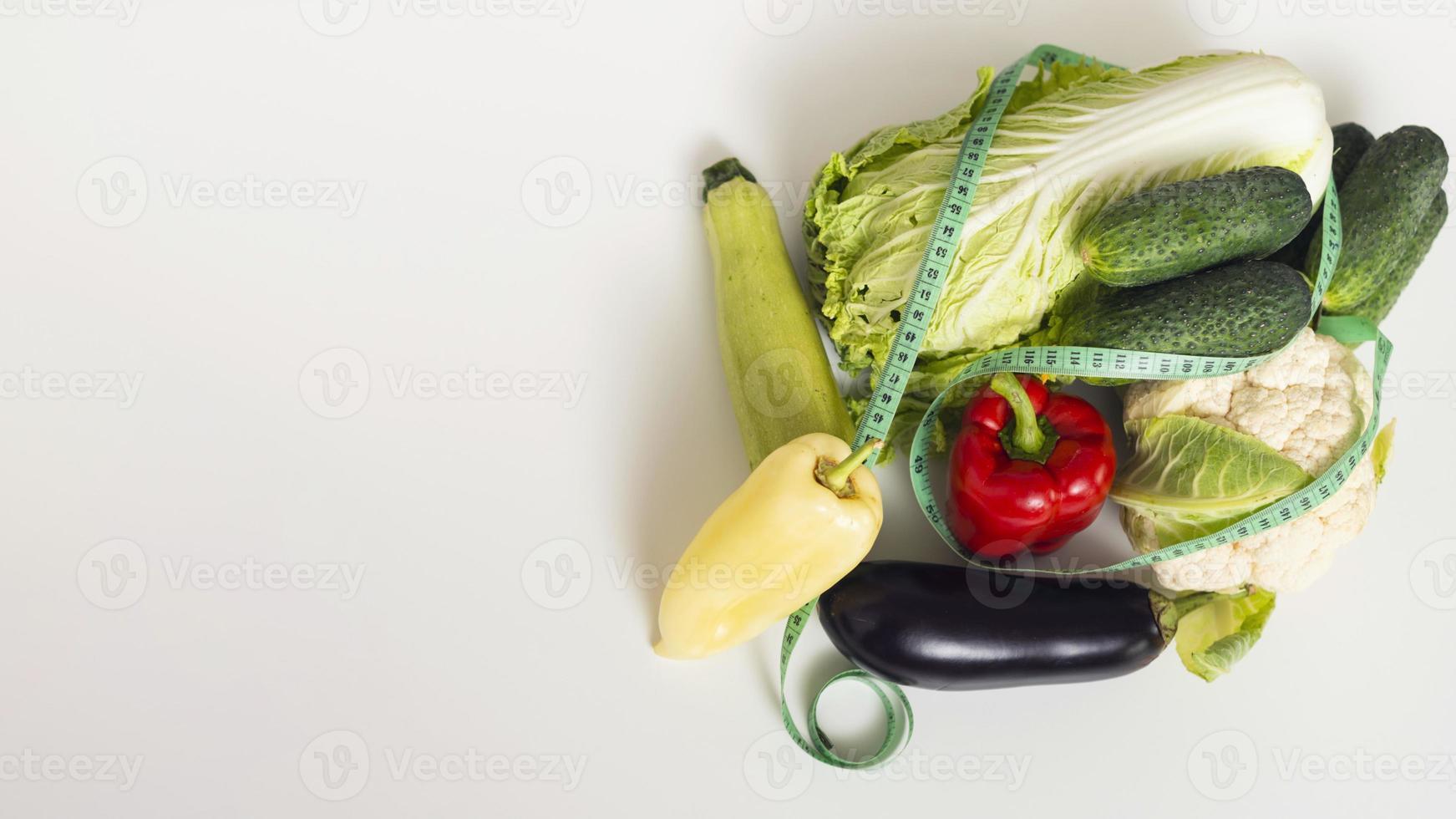 legumes frescos em fundo branco foto