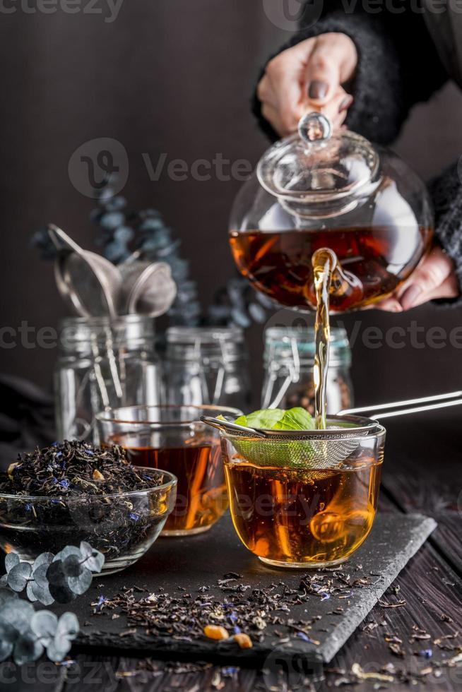 derramando chá na xícara foto