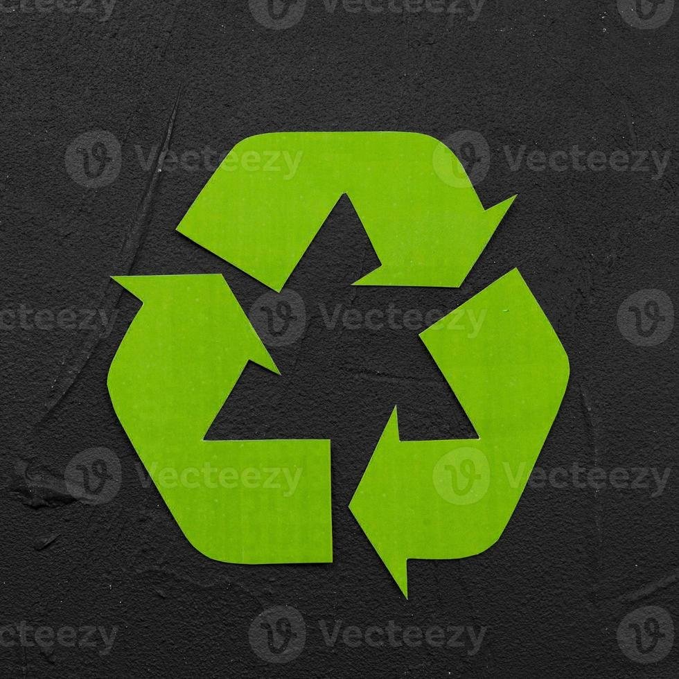 reciclar logotipo em fundo de gesso preto foto