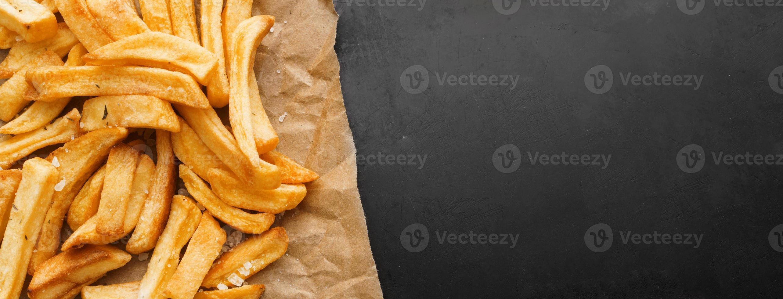 batatas fritas no papel foto