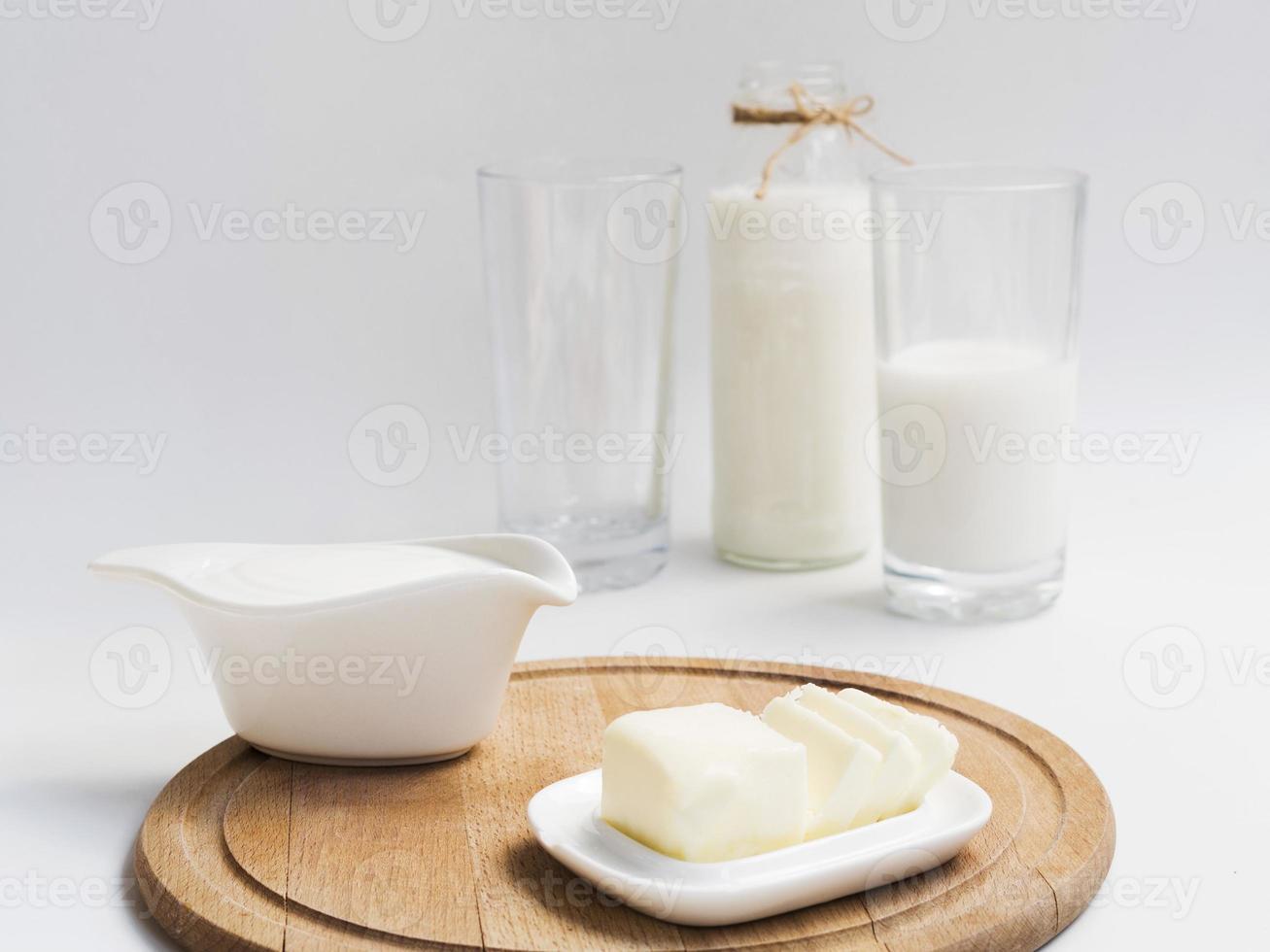 garrafa e copos de leite com manteiga foto