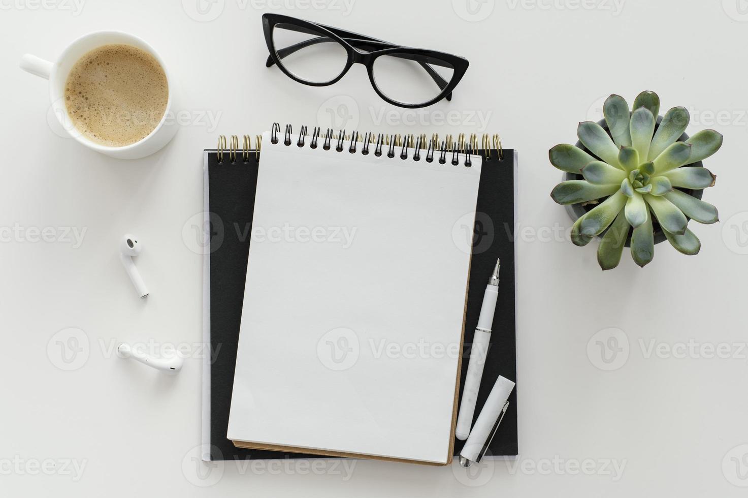 arranjo com bloco de notas vazio na mesa foto