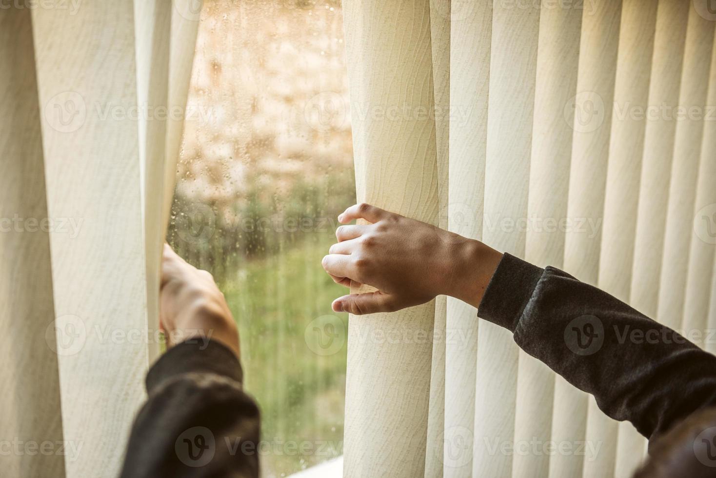 menino olhando pela janela foto