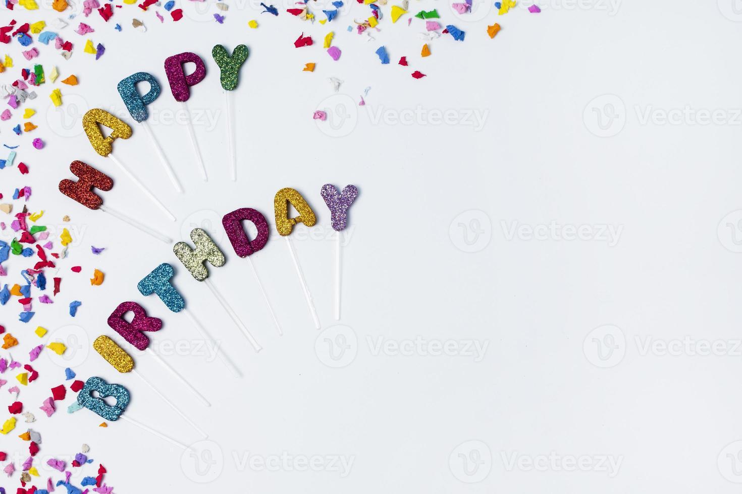 letras de feliz aniversário em fundo branco com espaço de cópia foto