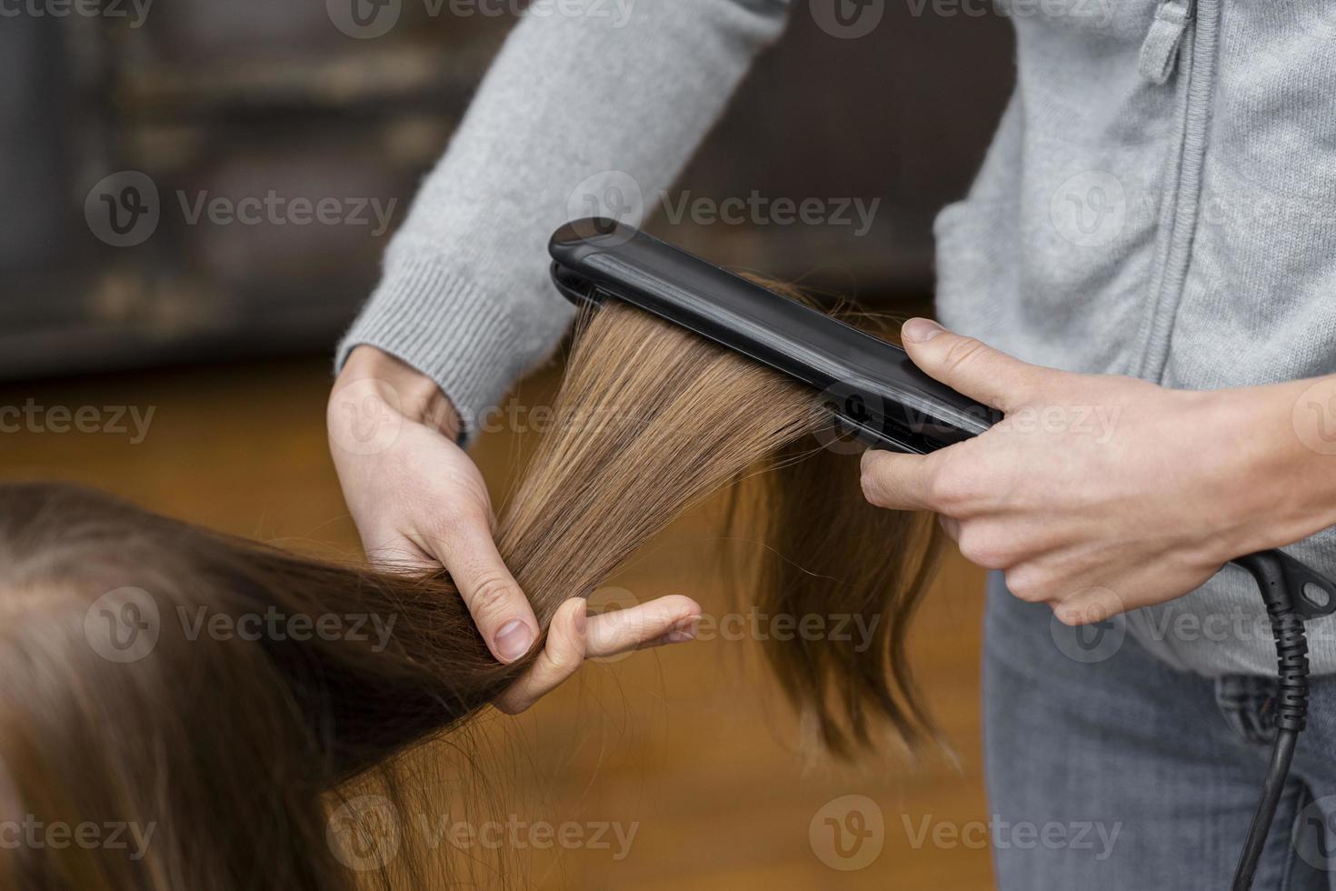 menina alisando o cabelo foto