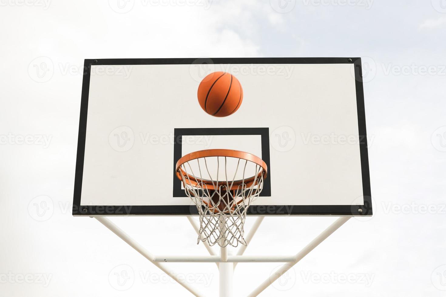 vista de baixo ângulo de uma cesta de basquete foto