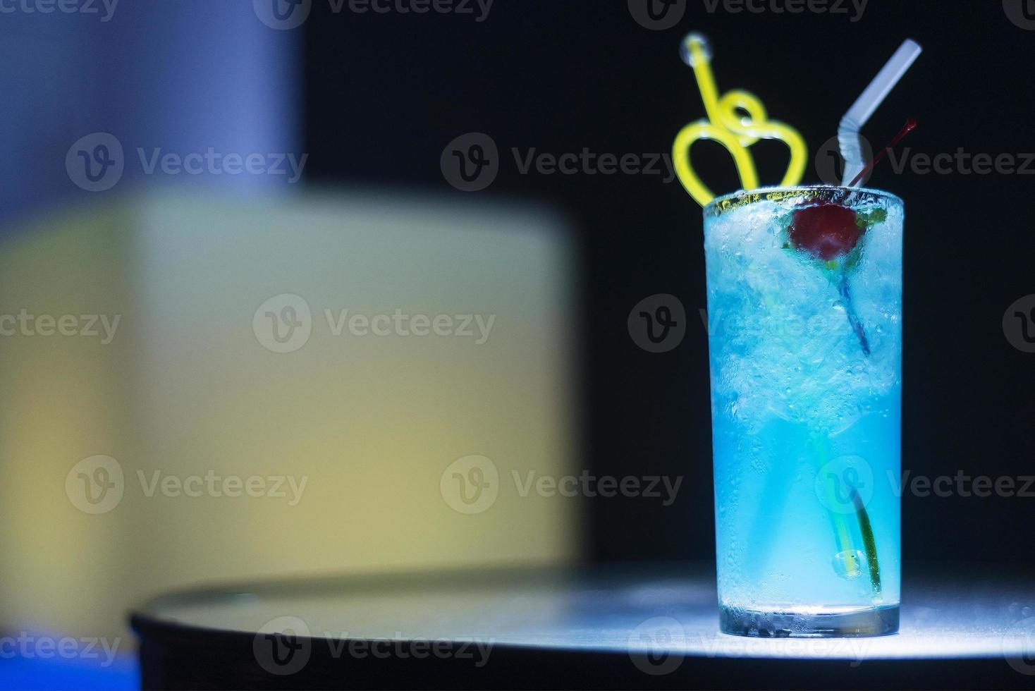 Coquetel de Curaçao Azul com Cereja à noite foto