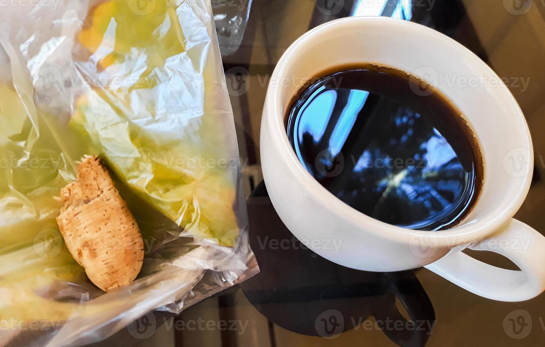 café preto xícara branca banana grelhada lanche mesa preta laos. foto