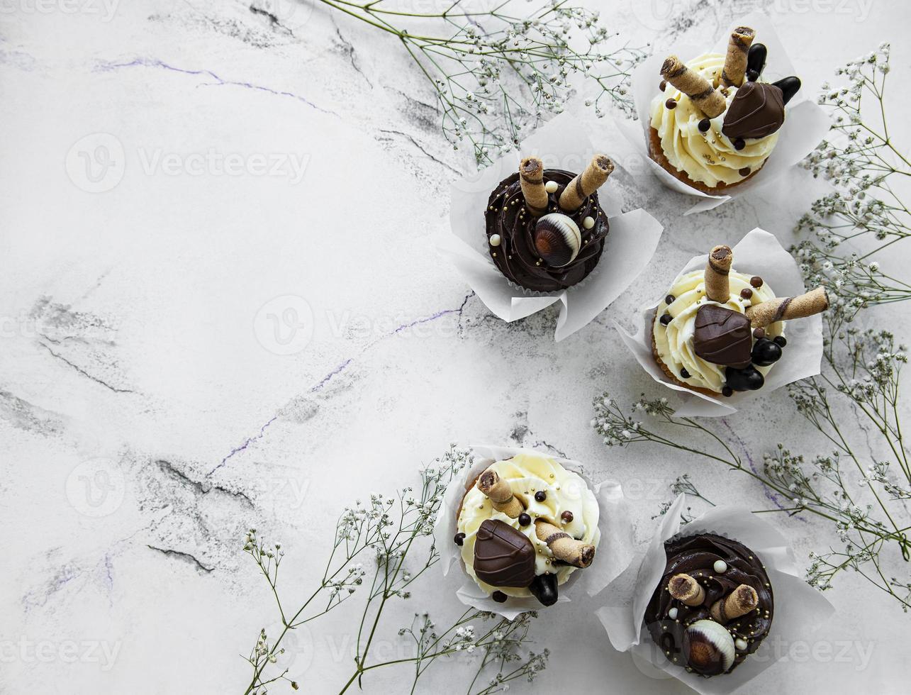 cupcakes de chocolate em fundo de mármore branco foto