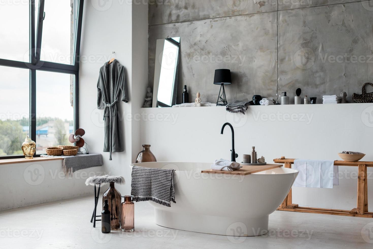 interior de banheiro elegante, móveis elegantes, encanamento e acessórios foto