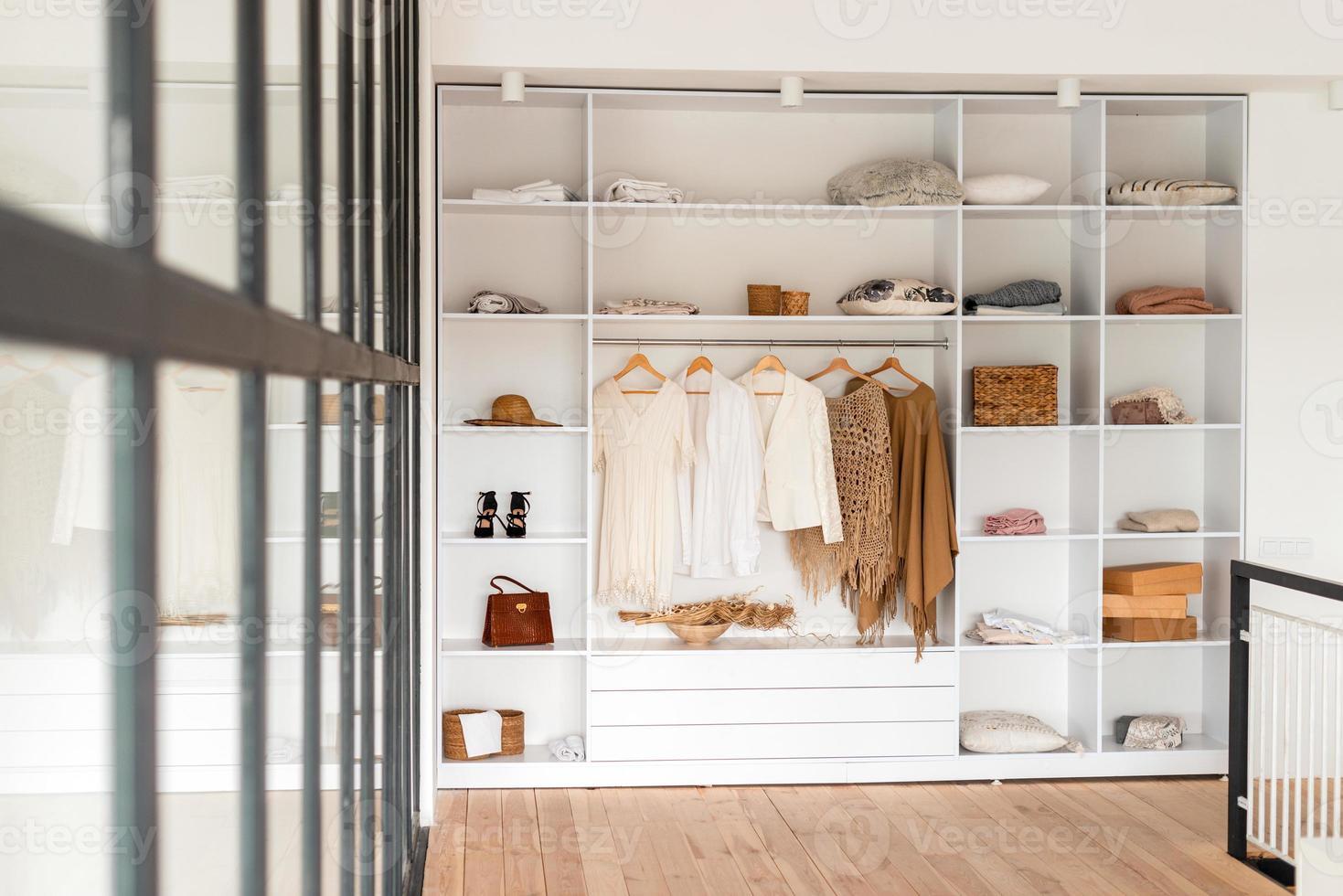 interior moderno, lindo guarda-roupa com roupas foto