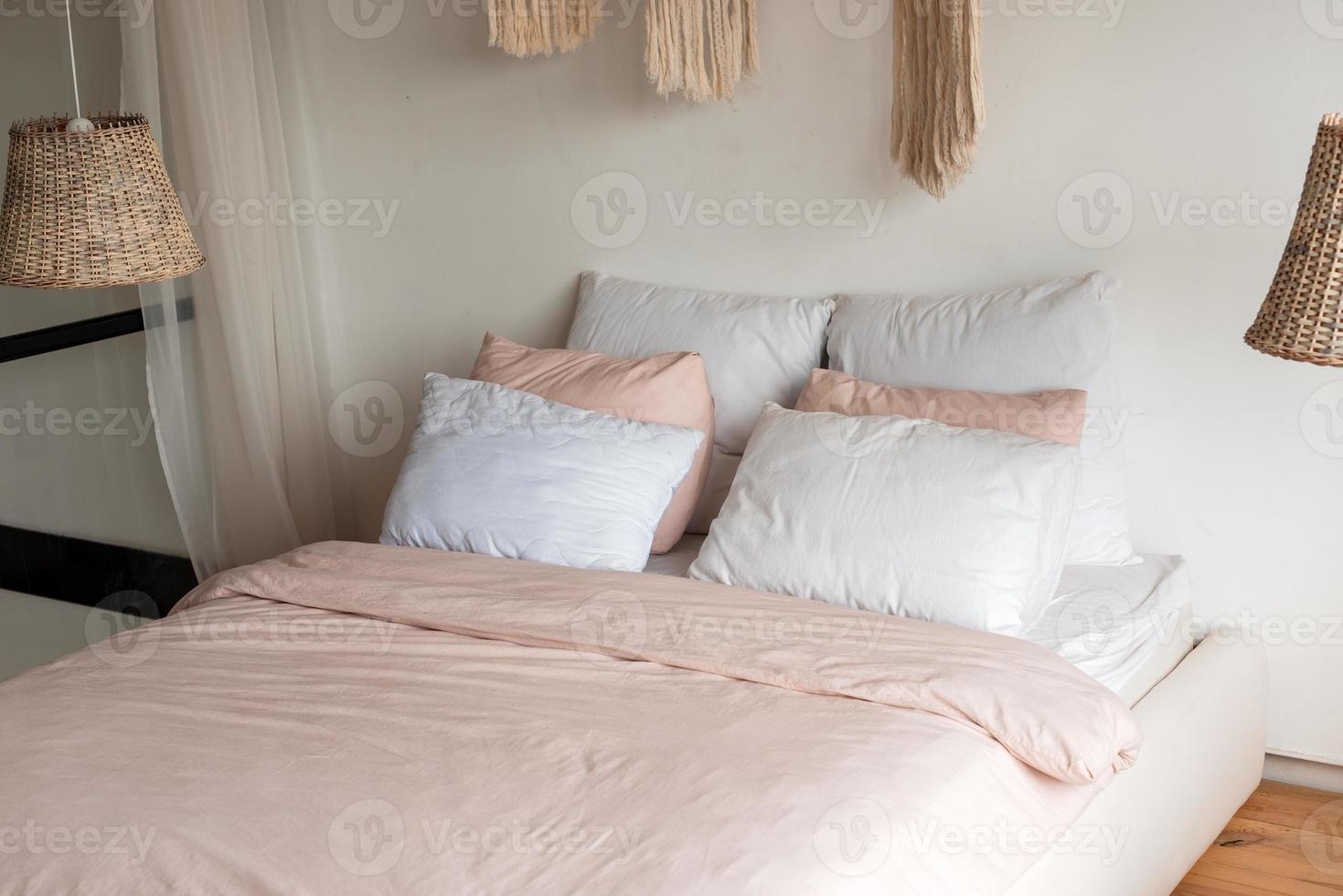 linda cama com lindo linho macio foto