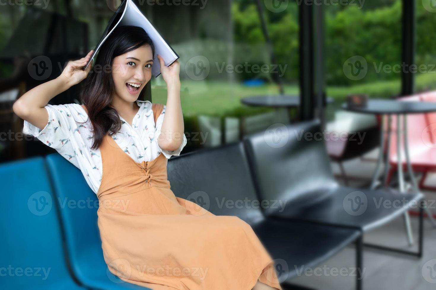 mulheres asiáticas lendo e sorrindo e relaxando felizes em um café depois de trabalhar em um escritório de sucesso. foto