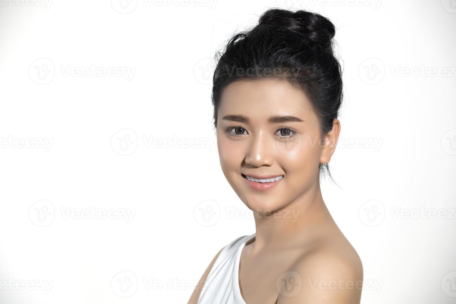 mulheres asiáticas de beleza moda retrato de pele perfeita e jovem sorridente em fundo branco. foto