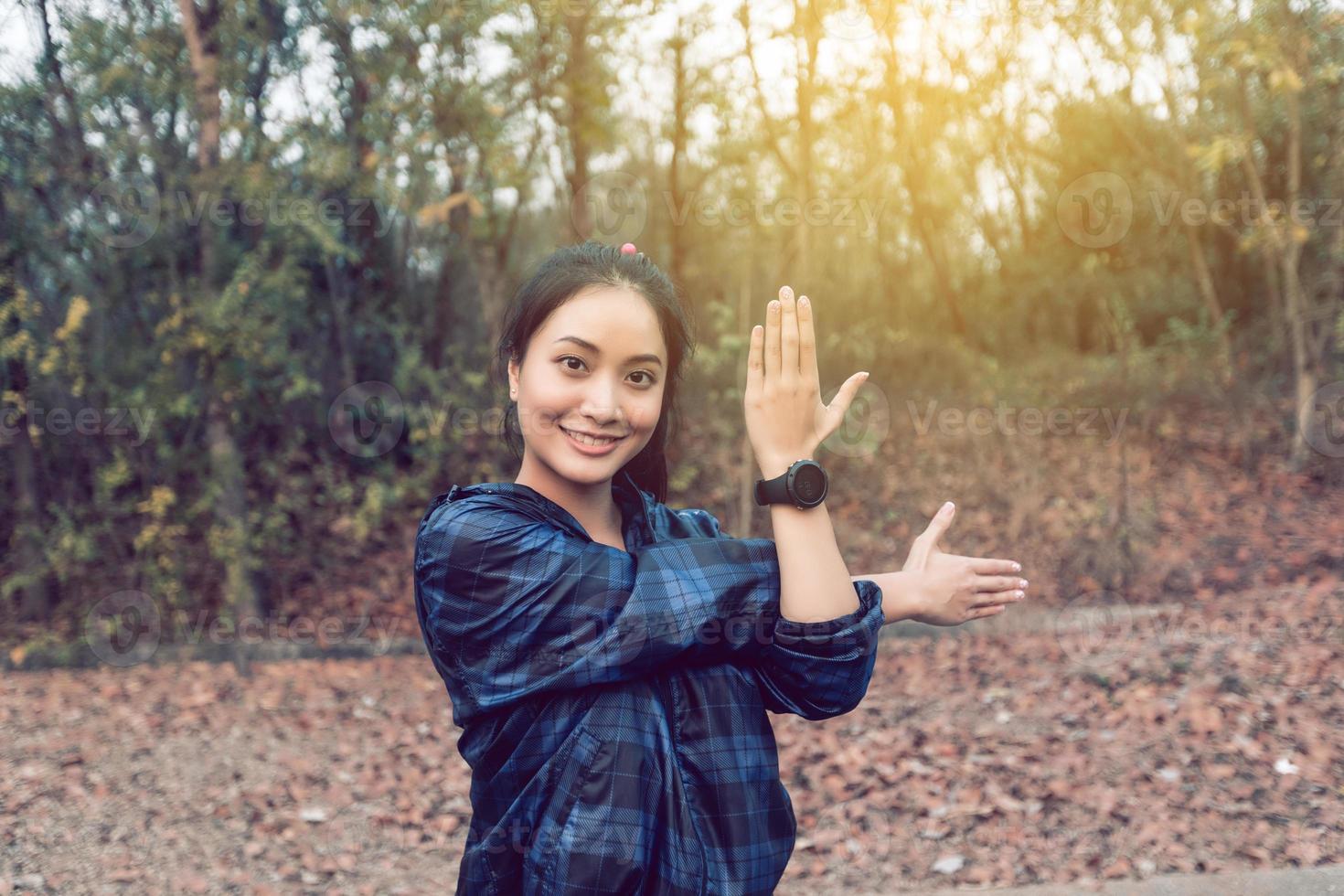 mulher atlética Ásia aquecendo e jovem atleta feminina, exercitando e alongando-se em um parque antes do corredor ao ar livre, conceito de estilo de vida saudável. foto