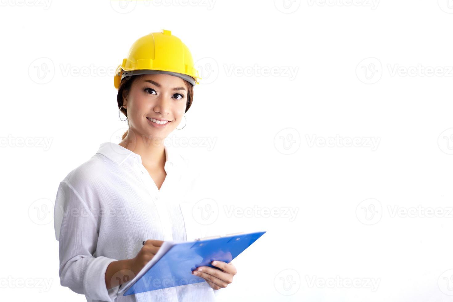 mulheres asiáticas engenharia, inspecionando, trabalhando e segurando plantas no escritório foto