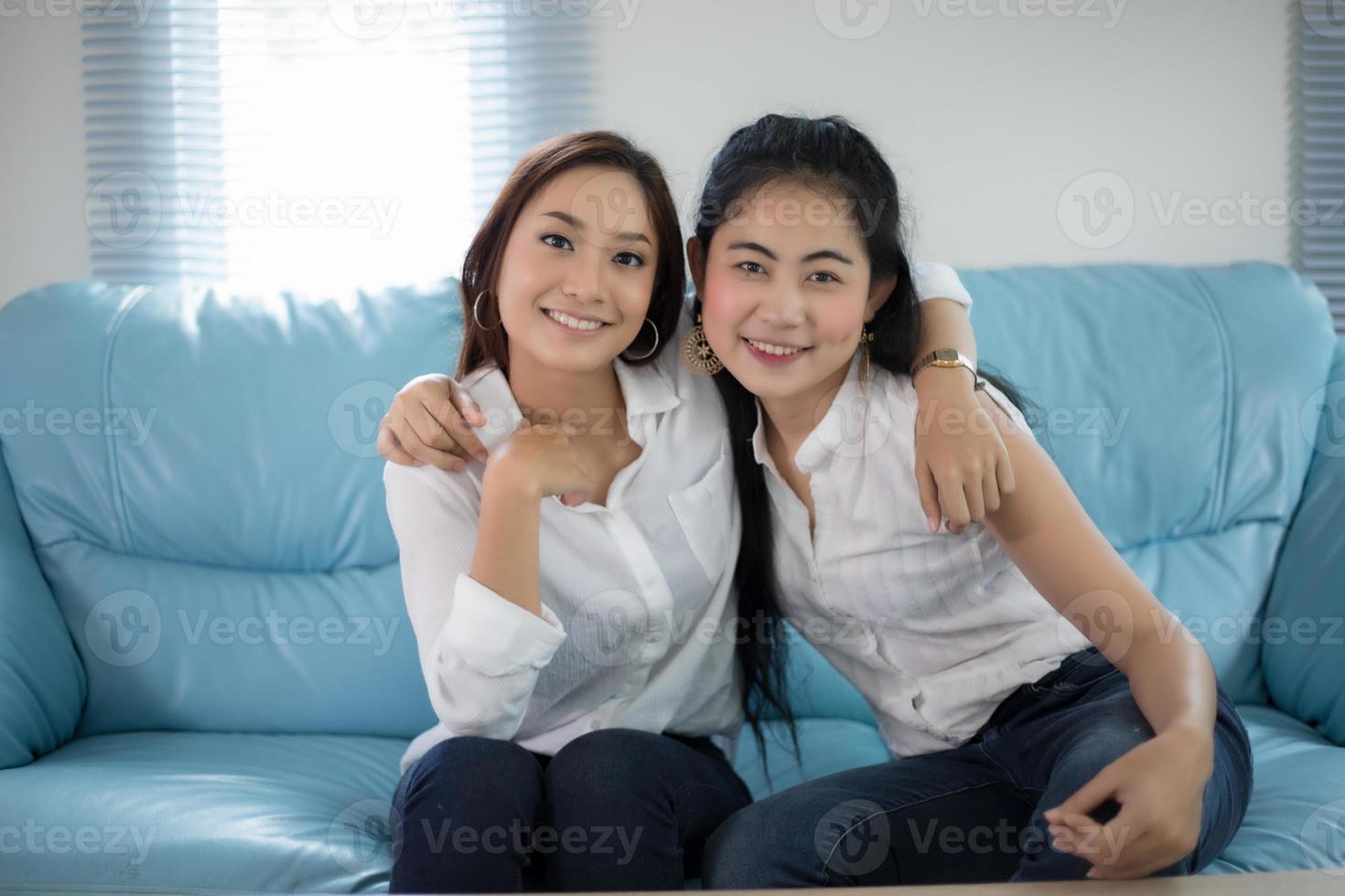 duas mulheres amigas competitivas animadas, felizes, alegres e sorrindo em casa foto