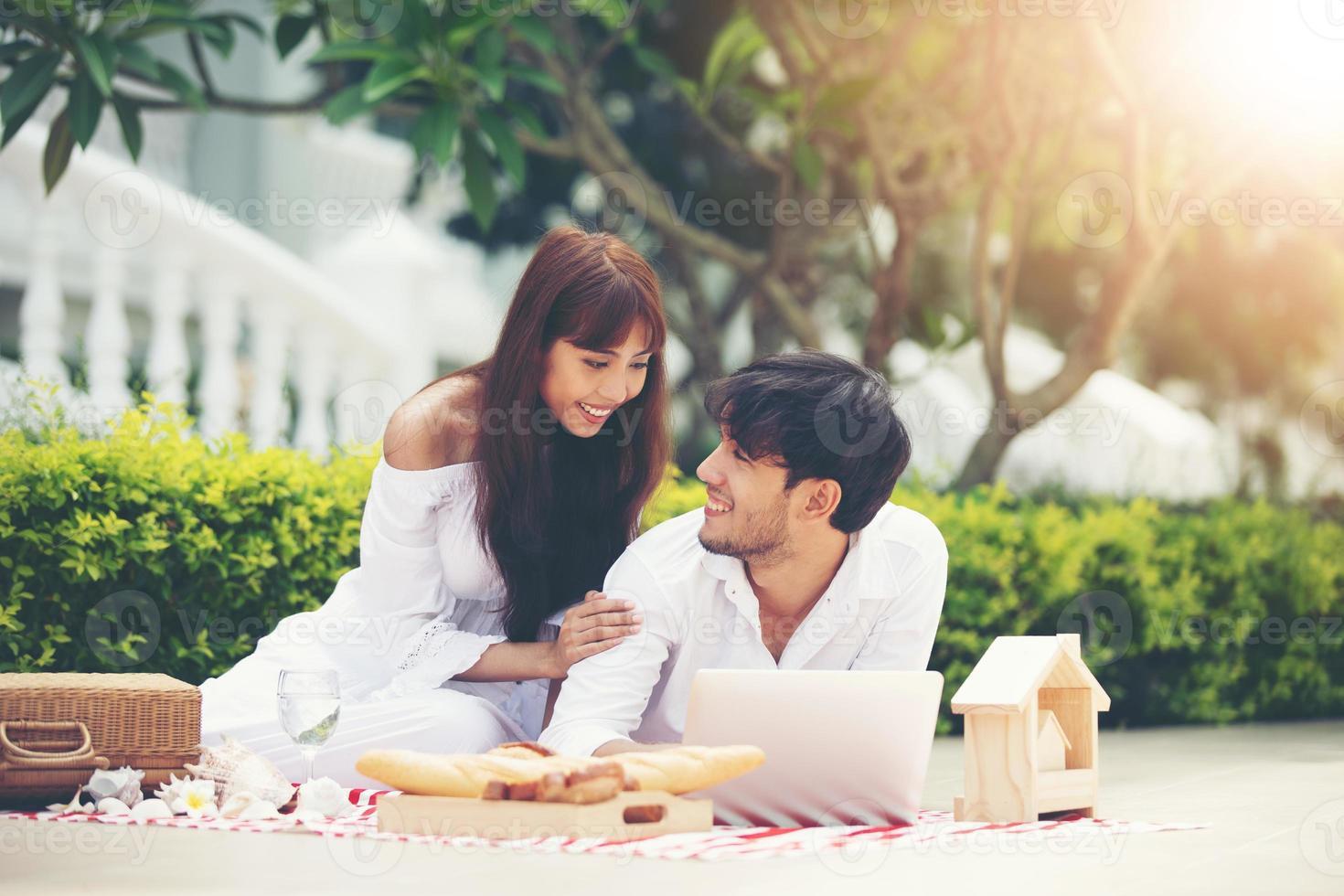Amantes de casais românticos felizes conversando e bebendo vinho enquanto fazem um piquenique em casa foto