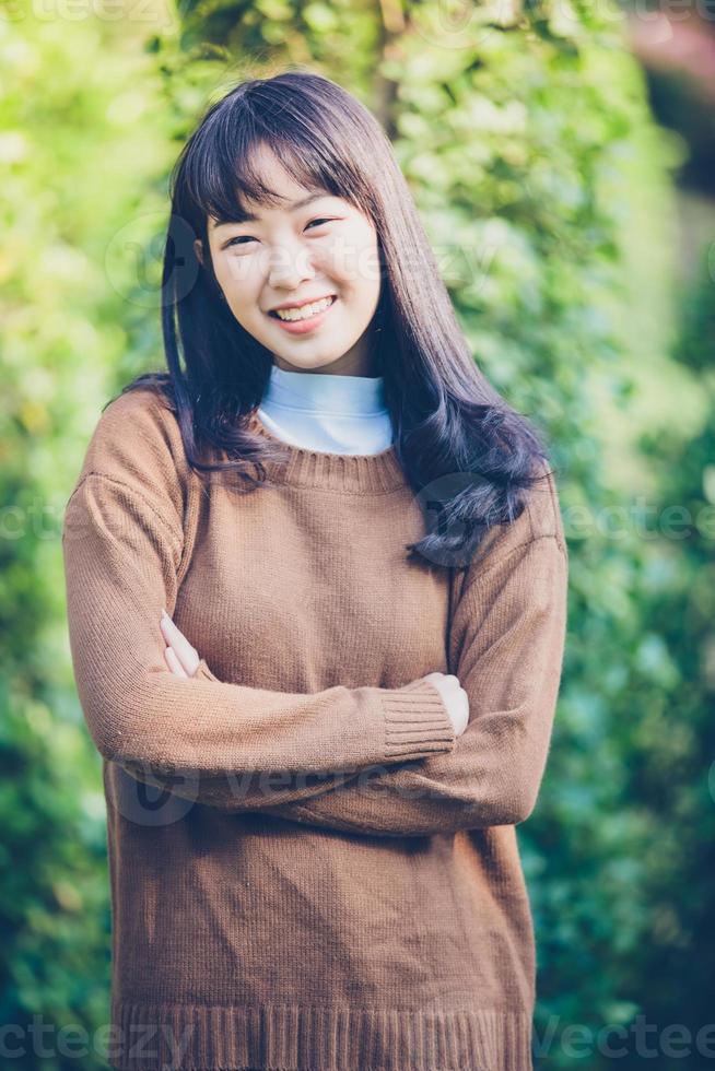 belas jovens mulheres asiáticas sorrindo felizes apaixonadas ao ar livre foto
