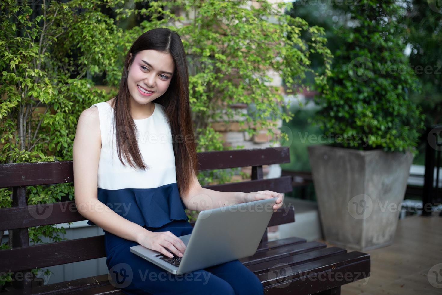 Mulheres de negócios asiáticas usando notebook para trabalhar ao ar livre foto
