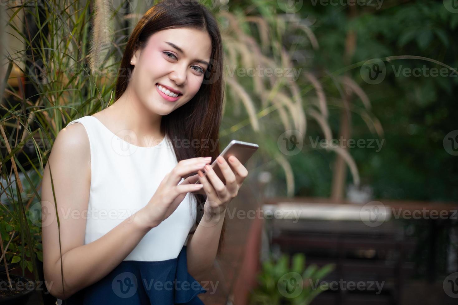 homens e mulheres de negócios da ásia estão usando smartphones e smartphones para comunicação e verificação de pessoas de negócios no escritório foto