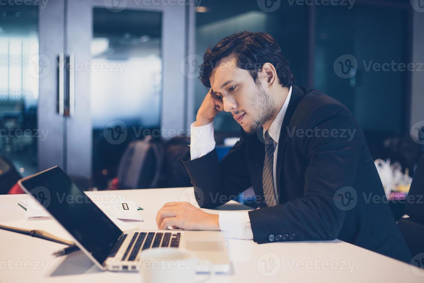 empresário sério sobre o trabalho duro feito até a dor de cabeça foto