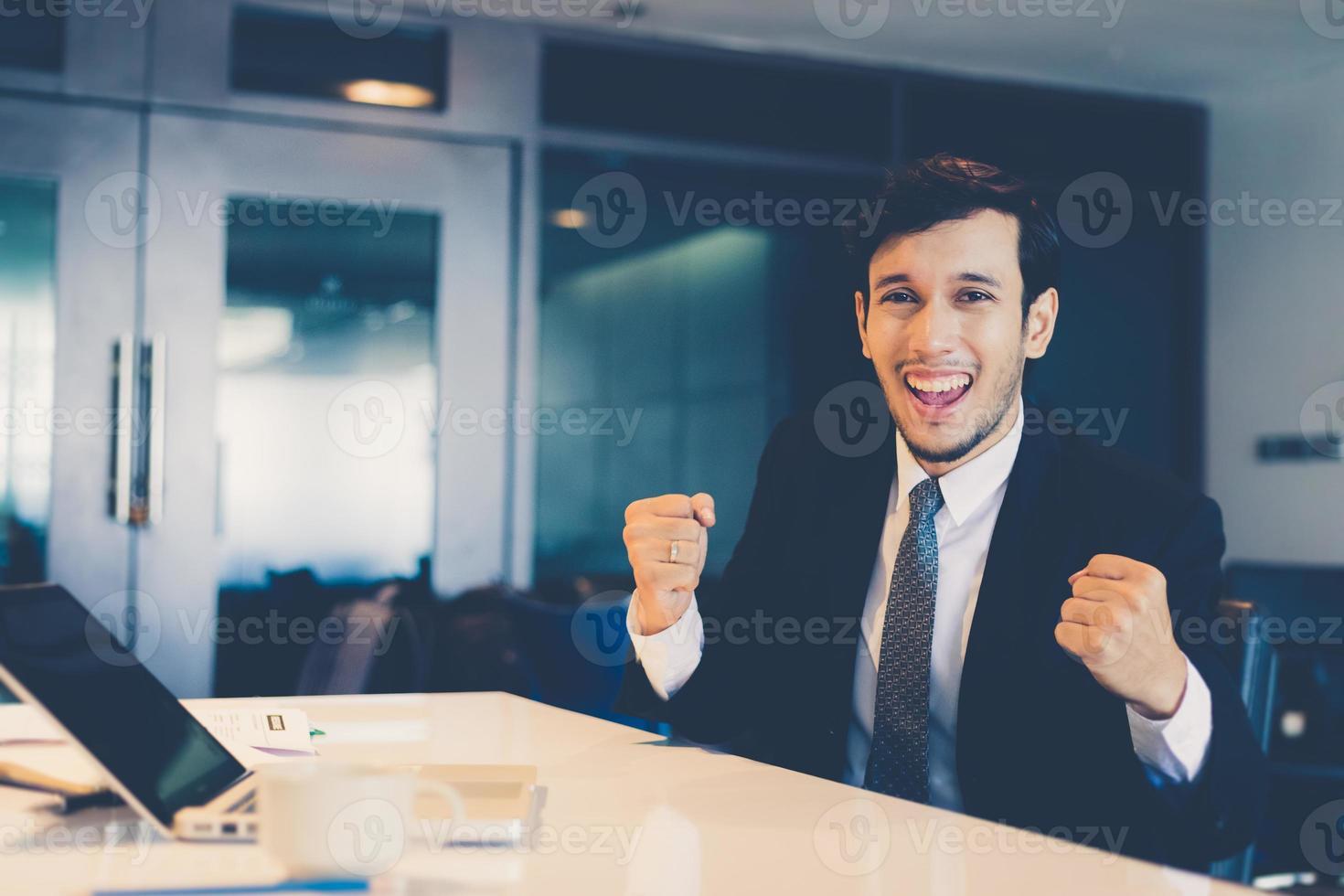 sucesso e conceito vencedor de empresários asiáticos - equipe feliz com as mãos levantadas celebrando o avanço e as conquistas foto